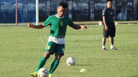 Irfan Jaya tidak merasa minder meski di klub Liga 1 2020, Persebaya, ia harus berduet dengan pemain asing berpostur lebih tinggi, yakni Mahmoud Eid. - INDOSPORT