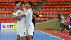 Indosport - Timnas Futsal Indonesia merayakan gol saat melawan Vietnam 2018.