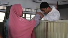Indosport - Kasus mafia bola, Nurul Safarid akan mencium tangan ibundanya, Nurul di Pengadilan Negeri (PN), Banjarnegara, Selasa (18/06/19). Ronald Seger Prabowo/INDOSPORT