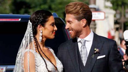 Sergio Ramos tengah berbahagia usai resmi menikah dengan presenter televisi asal Spanyol, Pilar Rubio di Sevilla. - INDOSPORT