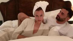 Indosport - Irina Shayk berpose di atas ranjang bersama seorang model pria bernama Riccardo Tisci