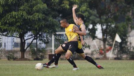 Nugroho Fatchur Rochman (kiri) berduel dengan Ryuji Utomo pada latihan Persija Jakarta di Lapangan PSAU TNI Halim Perdanakusuma, Jakarta, Timur, Selasa (18/06/19). Foto: Herry Ibrahim/INDOSPORT