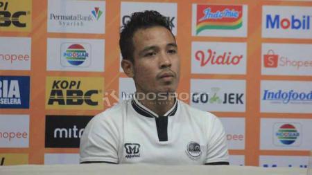 Pemain PS Tira Persikabo, Guntur Triaji setelah pertandingan menghadapi Persib Bandung. Foto: Arif Rahman/INDOSPORT - INDOSPORT