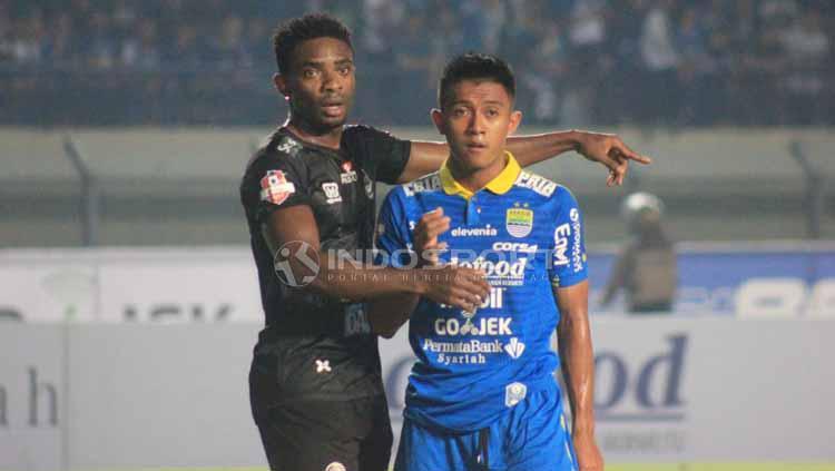Pemain Persib Bandung, Febri Hariyadi saat dihadang pemain PS Tira Persikabo, Selasa (10-06-2019). Foto: Arif Rahman/INDOSPORT Copyright: Arif Rahman/INDOSPORT