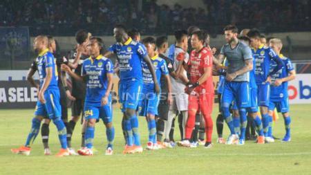 Usai pertandingan antara Persib Bandung vs PS Tira-Persikabo para pemain bersalaman, Selasa (18/06/2019). Foto: Arif Rahman/INDOSPORT - INDOSPORT