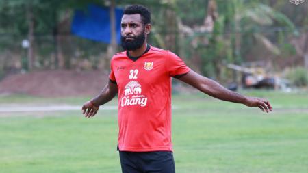 Unggahan foto Yanto Basna di akun Instagram Andie Peci memunculkan spekulasi bahwa pemain Sukhothai FC itu akan merapat ke Persebaya di putaran kedua Shopee Liga 1 2019. - INDOSPORT