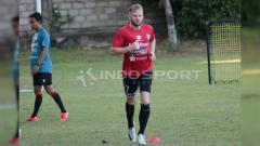 Indosport - CAPTION FOTO : Melvin Platje saat menjalani latihan terpisah di Lapangan Trisakti, Legian, Kuta, Badung, Selasa (18/6/2019) sore. INDOSPORT/Nofik Lukman Hakim