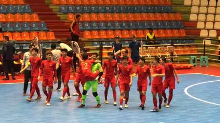 Skuat Timnas Futsal Indonesia U-20 merayakan kemenangan di Piala AFC Futsal U-20 2019, Minggu (16/06/19). - INDOSPORT