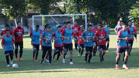 Bali United saat berlatih di Lapangan Trisakti, Legian, Kuta, Badung, Selasa (18/06/19). - INDOSPORT