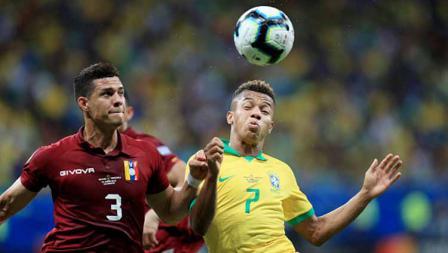 David Neres (Brasil) duel dengan Yordan Osorio dalam laga Copa America 2019 fase grup di Arena Fonte Nova, Rabu (19/06/19).