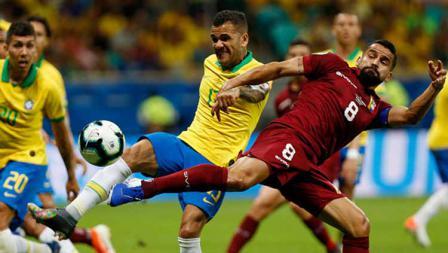 Tomas Rincon berusaha menggagalkan tendangan Dani Alves dalam laga Copa America 2019 fase grup di Arena Fonte Nova, Rabu (19/06/19).