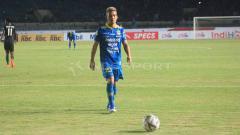 Indosport - Gelandang Persib, Kim Jeffrey Kurniawan saat pertandingan menghadapi Tira-Persikabo, Selasa (18/6/19).