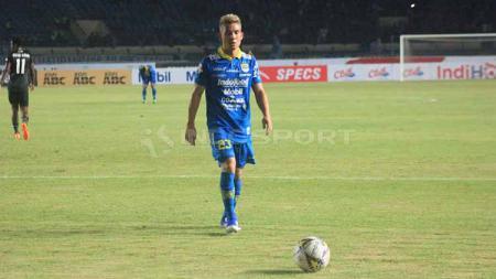 Gelandang Persib, Kim Jeffrey Kurniawan saat pertandingan menghadapi PS Tira Persikabo, Selasa (18/06/2019). - INDOSPORT
