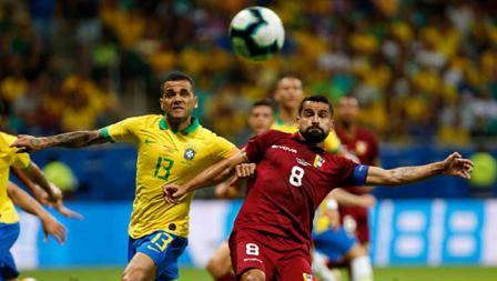 Dani Alves dan Tomas Rincon tengah adu badan untuk merebut bola dalam laga Copa America 2019 fase grup di Arena Fonte Nova, Rabu (19/06/19).
