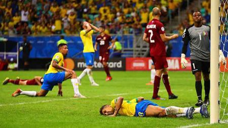 Roberto Firmino tampak frustrasi dengan hasil laga semalam dengan skor 0-0 atau kacamata. - INDOSPORT