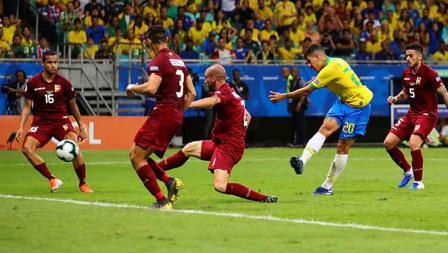 Roberto Firmino tengah mengeksekusi bola ke arah gawang Venezuela dalam laga Copa America 2019 fase grup di Arena Fonte Nova, Rabu (19/06/19).