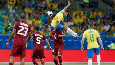 Roberto Firmino tengah merebut bola dari Yangel Herrera dalam laga Copa America 2019 fase grup di Arena Fonte Nova, Rabu (19/06/19).