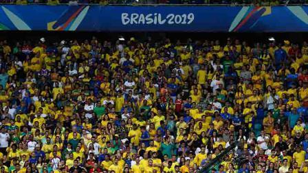 Suporter timnas Brasil sebagai tuan rumah tampak antusias dalam laga Copa America 2019 fase grup di Arena Fonte Nova, Rabu (19/06/19).