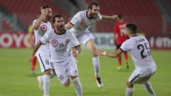 Indosport - Skuat Al Jaish dengan sponsor jersey dari MBB Apparel, merayakan kemenangan mereka di leg pertama semifinal Piala AFC 2019