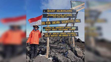 Khansa Syahlaa 13 tahun pendaki perempuan cilik asal Cibubur yang berhasil mendaki Gunung Kilimanjaro. - INDOSPORT