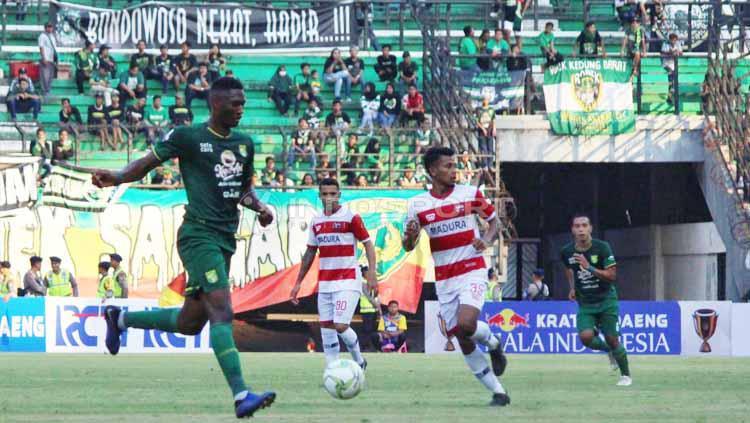 Pemain Persebaya, Amido Balde pad pertandingan antara Madura United pada Piala Indonesia di Stadion Gelora Bung Tomo, Rabu (19/06/2019). Foto: Fitra Herdian/INDOSPORT Copyright: Fitra Herdian/INDOSPORT