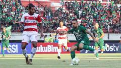 Indosport - Pemain Persebaya, Damian Lizio saat dihadang oleh pemain Madura United pada Piala Indonesia di Stadion Gelora Bung Tomo, Rabu (19/06/2019). Foto: Fitra Herdian/INDOSPORT