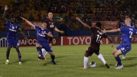 Duel dalam pertandignan Becamex Binh Duong vs PSM Makassar di Piala AFC 2019, Rabu (19/06/19). - INDOSPORT