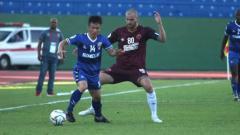 Indosport - Kapten PSM Makassar Wiljan Pluim menghadang pemain Becamex Binh Duong di Piala AFC 2019, Rabu (19/06/19).