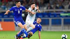 Indosport - Rodrigo Rojas dan Richard Sanchez menjegal Messi di laga Argentina vs Paraguay pada Copa America 2019, Kamis (20/06/19).