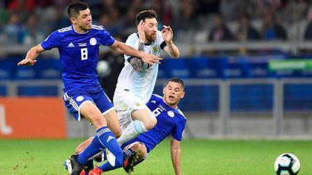 Rodrigo Rojas dan Richard Sanchez menjegal Messi di laga Argentina vs Paraguay pada Copa America 2019, Kamis (20/06/19). - INDOSPORT