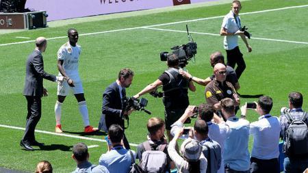 Ferland Mendy saat diperkenalkan oleh Real Madrid di depan umum - INDOSPORT