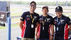 Indosport - Rio Haryanto (tengah) menjadi buruan penggemar F1 jelang balapan GT World Challenge Asia 2019 di Sirkuit Fuji, Jepang.