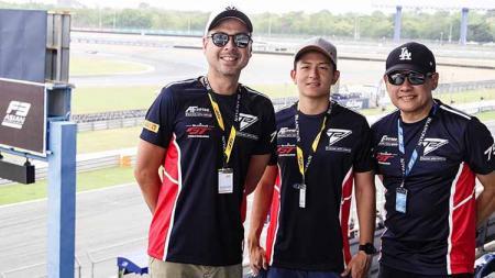 Rio Haryanto bersama David Tjiptobiantoro dari tim T2 Motorsports. - INDOSPORT
