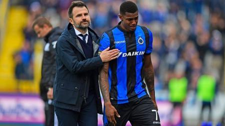 Wesley Moraes Ferreira Da Silva saat masih memperkuat Club Brugge, ditenangkan oleh pelatih Ivan Leko. - INDOSPORT