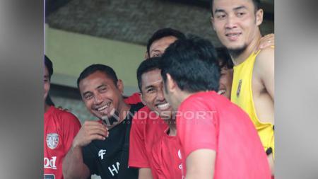 Rayhan Utina mengaku sangat senang bisa bertemu dengan eks Arema FC yang kini memperkuat Mitra Kukar, Arif Suyono.  Anak dari Firman Utina yang baru saja resmi bergabung ke akademi Persija Jakarta ini kemudian mengungkap rasa syukurnya. - INDOSPORT