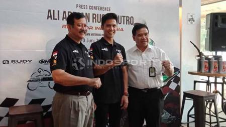 Pembalap muda Indonesia, Ali Adrian (tengah). Foto: Shintya Anya Maharani/INDOSPORT - INDOSPORT