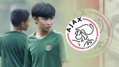 Indosport - Tristan Alif dan logo Ajax Amsterdam.