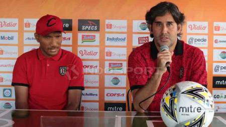 Pelatih Bali United, Stefano Cugurra (kanan) dalam jumpa pers Liga 1 2019 di Bali United Cafe, Gianyar, Jumat (21/6/19). Foto: Nofik Lukman Hakim - INDOSPORT
