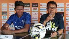 Indosport - Pelatih PSIS Semarang, Jafri Sastra (kanan) didampingi pemain, Rio Saputra (kiri) dalam jumpa pers di Bali United Cafe, Gianyar, Jumat (21/6/2019). Foto : Nofik Lukman Hakim