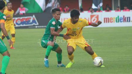 Situasi duel pemain PSS Sleman melawan Bhayangkara FC. - INDOSPORT