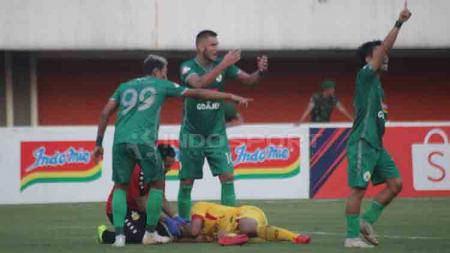 Kejadian berdarah mewarnai duel antara PSS Sleman vs Bhayangkara FC pada pekan kelima Shopee Liga 1 2019, antara Indra Kahfi dengan kiper Wahyu Tri Nugroho. - INDOSPORT