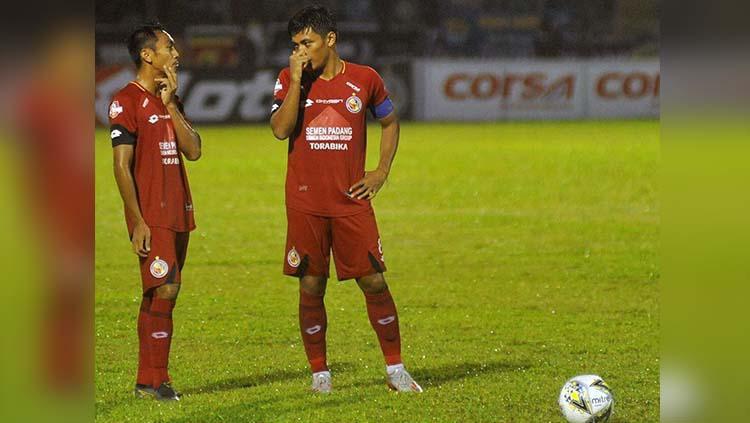 Para pemain Semen Padang tampak tertunduk lesu setelah Badak Lampung FC berhasil menambah gol. Copyright: Para pemain Semen Padang tampak tertunduk lesu setelah Badak Lampung FC berhasil menambah gol