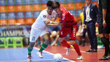 Perebutan bola pada laga Timnas Futsal Afghanistan U-20 vs Timnas Futsal Indonesia U-20 di Piala AFC Futsal U-20 2019, Kamis (20/06/19) - INDOSPORT