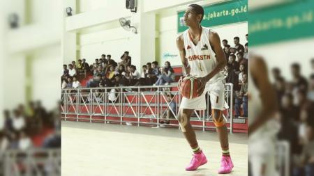 Pemain termuda di Timnas Basket Indonesia, Derrick Michael mengaku mendapat banyak tawaran untuk meneruskan studi di luar negeri. - INDOSPORT