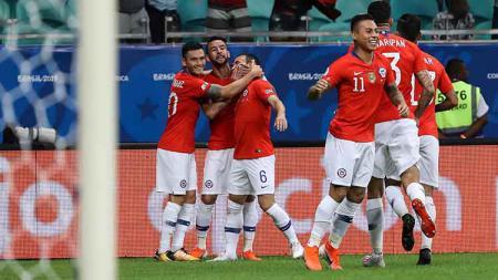 Jose Pedro Fuenzalida melakukan selebrasi bersama rekan satu timnya usai cetak gol ke gawang Ekuador penyisihan grup Copa America 2019 di Arena Fonte Nova Sabtu, (22/06/19). - INDOSPORT