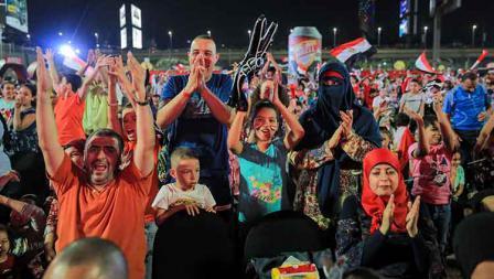 Antusias suporter Timnas Mesir menyaksikan laga pembuka Piala Afrika 2019 di Cairo International Stadium, Sabtu (22/06/19).