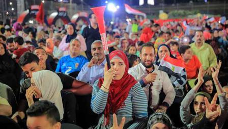 Masyarakat Mesir tampak menyaksikan langsung pertandingan Timnas Mesir vs Zimbabwe di luar stadion di Cairo International Stadium, Sabtu (22/06/19).