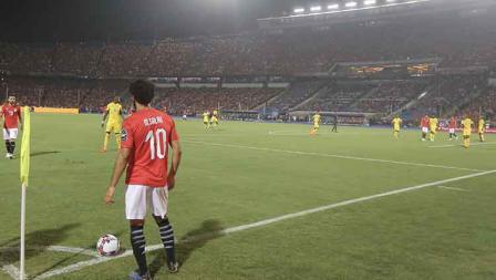 Mohamed Salah tengah akan mengeksekusi tendangan sudut melawan Zimbabwe di laga pembuka Piala Afrika di Cairo International Stadium, Sabtu (22/06/19).