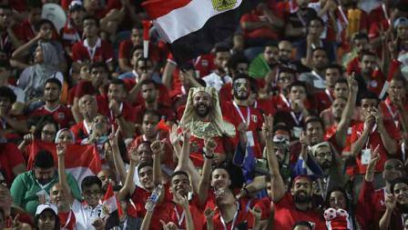Suporter Timnas Mesir antusias dengan gol Trezeguet di Cairo International Stadium, Sabtu (22/06/19).