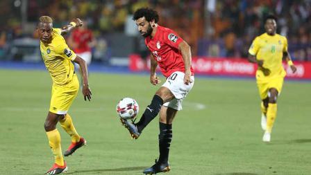 Mohamed Salah mengangkat bola untuk memberikan umpan di Cairo International Stadium, Sabtu (22/06/19).